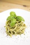 与蓬蒿叶子的意大利面食 库存图片