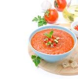 与蓬蒿和油煎方型小面包片的冷的蕃茄汤gazpacho,被隔绝 免版税库存图片