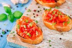 与蓬蒿的意大利蕃茄bruschetta 库存图片