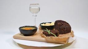 与蓬蒿的新鲜的红色在面包的鱼子酱和黄油在演播室 养殖用与酒杯的红色鱼子酱在背景 冷 免版税图库摄影