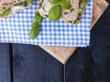 与蓬蒿的早餐自由空间的面包和乳酪文本的 在蓝色笼子的三文鱼 库存图片