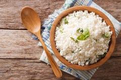 与蓬蒿的花椰菜米在碗特写镜头 水平的名列前茅v 免版税库存图片