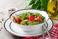 与蓬蒿的蕃茄沙拉和在碗-健康素食素食主义者饮食有机食品开胃菜的松果 库存照片