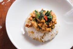 与蓬蒿的辣炸鸡在米离开 免版税库存图片