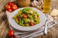 与蓬蒿pesto的意大利面食 库存图片