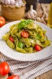 与蓬蒿pesto的意大利面食 图库摄影
