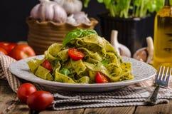 与蓬蒿pesto的意大利面食 免版税库存图片