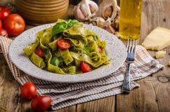 与蓬蒿pesto的意大利面食 免版税库存照片