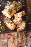 与蔓越桔和葡萄干decorat的可口被切的果子蛋糕 库存图片