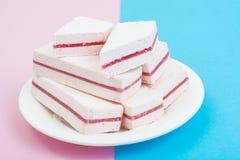 与蔓越桔层数的白色蛋白软糖在淡色背景 免版税库存图片