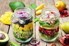 与蔬菜、水果、豆和奎奴亚藜的自创健康沙拉 免版税库存照片