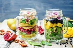 与蔬菜、水果、豆和quino的自创健康沙拉 库存图片