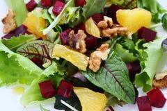与蔬菜、水果和坚果的清淡的沙拉 库存图片