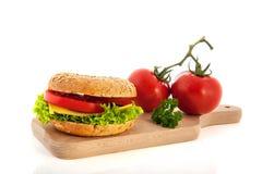 与蔬菜和干酪的新鲜的百吉卷 库存图片
