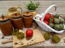 与蔬菜和意大利面食的静物画 图库摄影