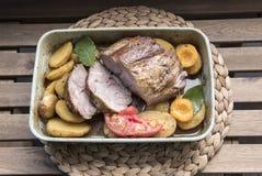 与蔬菜和水果的卤肉在盛肉盘 免版税库存照片