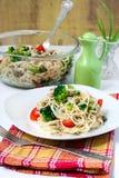与蔬菜和肉的意大利面食 免版税库存图片