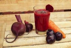 与蔬菜和水果的抗氧化圆滑的人 库存照片