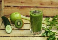 与蔬菜和水果的绿色戒毒所圆滑的人 免版税库存照片