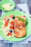与蔬菜的三文鱼和蒸丸子 免版税库存图片
