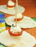 与蔬菜的山羊乳干酪球 图库摄影