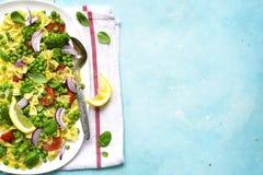与蔬菜的意大利面制色拉 与空间仇敌文本的顶视图 图库摄影