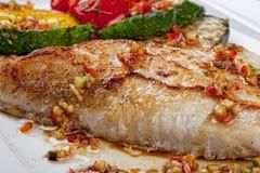 与蔬菜的油煎的鱼 库存图片