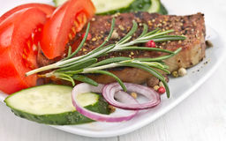 与蔬菜的烤牛排肉。 库存照片