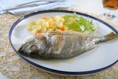 与蔬菜的被烘烤的海鲷 免版税库存图片