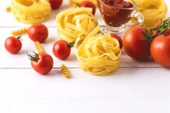 与蕃茄乳酪未加工的面团Fusili意大利细面条成份意大利食物白色背景关闭的面团产品 库存图片
