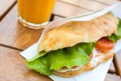 与蕃茄切片的沙拉三明治 免版税库存照片