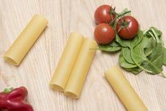与蕃茄和菠菜叶子的干烤碎肉卷子面团 库存图片