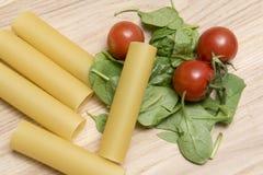 与蕃茄和菠菜叶子的干烤碎肉卷子面团 免版税库存图片