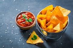 与蕃茄垂度和香菜的鲜美烤干酪辣味玉米片 图库摄影