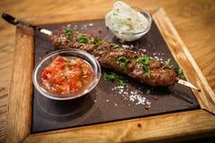 与蕃茄辣调味汁的卢拉kebab 库存照片