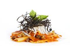 与蕃茄souce,乳酪,茄子的意大利面团paccheri 免版税图库摄影