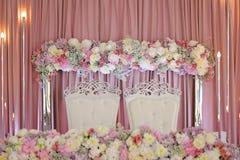 与薄纱和折衷枝形吊灯的天花板装饰 免版税库存照片