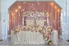 与薄纱和折衷枝形吊灯的天花板装饰 免版税库存图片