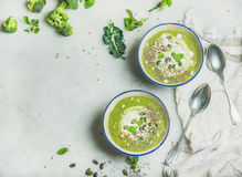 与薄菏和椰子奶油,拷贝空间的硬花甘蓝奶油色汤 库存照片