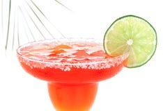 与薄菏和石灰切片的红色玛格丽塔鸡尾酒在变冷的盐 库存图片