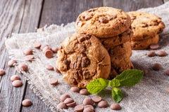 与薄菏和黑人的巧克力曲奇饼 免版税库存照片