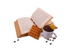 与薄酥饼和咖啡的书 免版税库存图片