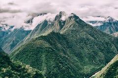 与薄雾的安地斯山在峰顶上 印加人足迹 秘鲁,南美洲 免版税库存照片