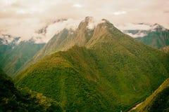 与薄雾的安地斯山在峰顶上 印加人足迹 秘鲁,南美洲 免版税库存图片