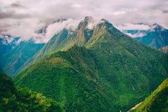 与薄雾的安地斯山在峰顶上 印加人足迹 秘鲁,南美洲 库存图片