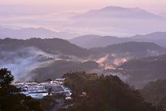 与薄雾的山 免版税库存照片