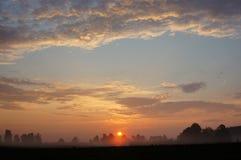 与薄雾的日出领域 免版税库存照片