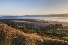 与薄雾的Pai泰国风景在日出的谷 免版税库存图片