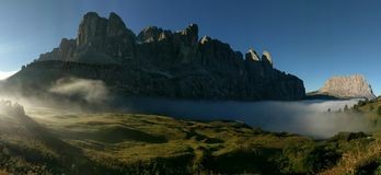 与薄雾,白云岩,意大利的Passp Gardena 免版税库存图片