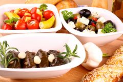 与藤叶子被充塞的, ciabatta和大蒜的地中海开胃小菜 免版税库存图片